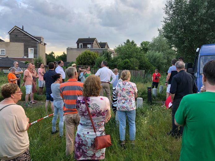 Op de bijeenkomst waar de SP de resultaten van de enquête presenteerde, kwamen meer dan veertig buurtbewoners af. Op de achtergrond de huizen in Harnas.