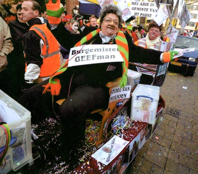 Connie van Kerkoerle als 'burgemister Geefman' in de Tilburgse carnavalsoptocht.