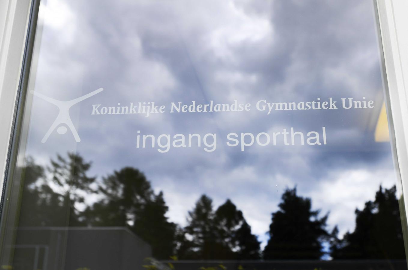 Ingang van de sporthal bij het KNGU hoofdkantoor in Beekbergen.