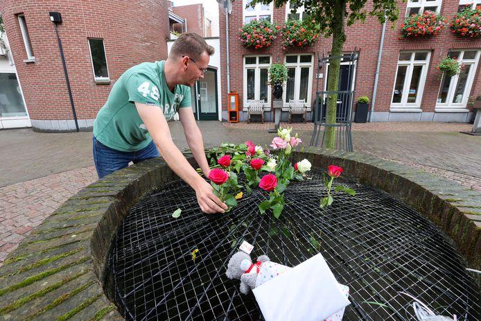 Bij het Lambertushof in Helmond zijn bloemen neergelegd. Een vrouw is daar vorige week doodgestoken door haar zoon.