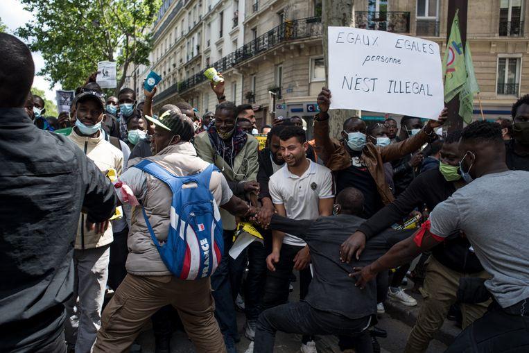 Een demonstratie voor de rechten van illegalen in Parijs in juni 2020. Beeld Getty