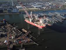Werkschip op poten torent hoog boven Rotterdam uit