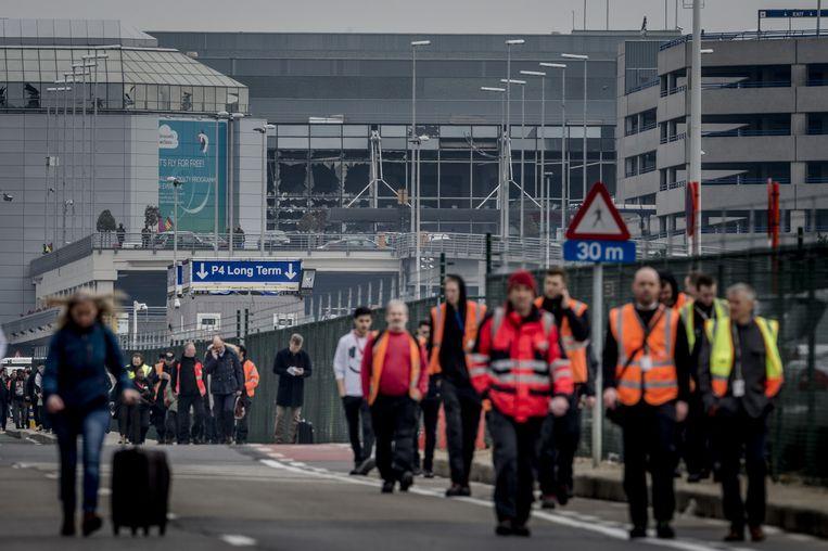 Reizigers lopen buiten bij luchthaven Brussel. Beeld anp