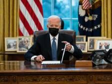 Biden zet Trumps Cola light-knop weer op bureau in Oval Office