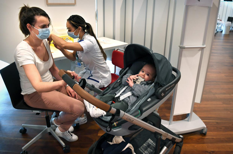 Een medewerker van het Erasmus MC wordt zaterdag in Rotterdam gevaccineerd tegen corona.  Beeld Marcel van den Bergh / de Volkskrant