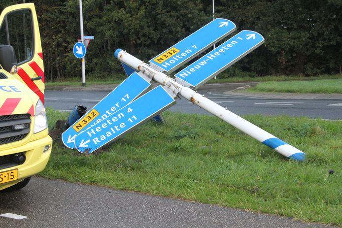 De verkeerspaal die door de auto omver is gereden op de Holterweg bij Nieuw Heeten.