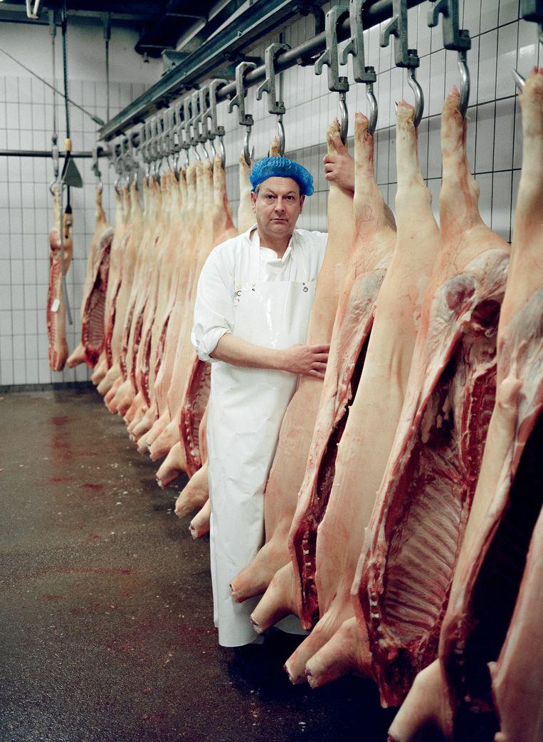 Een slager die meespeelt in de voorstelling Slachtvisite van Peergroup. Beeld Marleen Annema