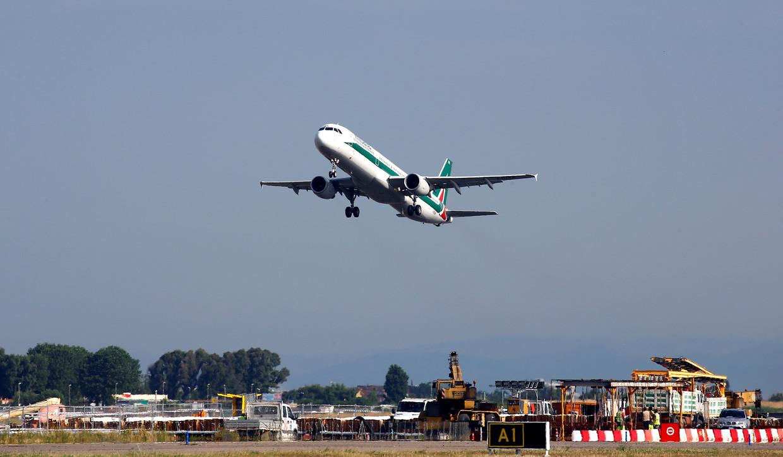 Een vliegtuig stijgt op vanaf het Leonardo da Vinci-Fiumicino Airport in Rome.  Beeld REUTERS