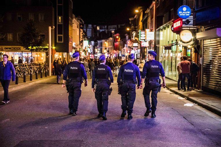 De politie op patrouille in de Overpoort. Beeld Wannes Nimmegeers