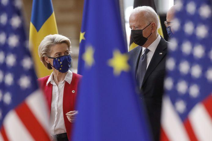 De Amerikaanse president Joe Biden (rechts) wordt welkom geheten in Brussel door de voorzitter van de Europese Commissie,  Ursula von der Leyen.