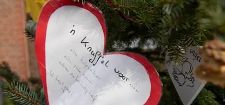 Mooi: voorbijgangers hangen kaarten en tekeningen met hun wensen voor naasten in bomen bij kerk Nijverdal