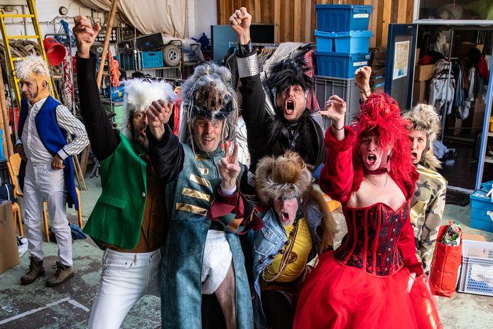 De acteurs van Theater Gajes in kostuum voor de voorstelling LOKI Foto Ronald Hissink