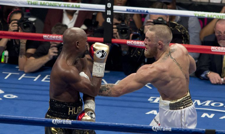 epa06165771 Conor McGregor (R) of Ireland in action against Floyd Mayweather (L) of the US during their fight for the WBC 'Money Belt' at the T-Mobile Arena in Las Vegas, Nevada, USA, 26 August 2017.  EPA/ARMANDO ARORIZO Beeld EPA
