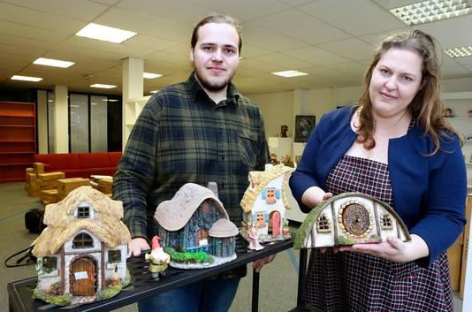 Kevin van Loon en zijn vriendin Jolanda Snijders bij de elfenhuisjes in hun tijdelijke winkel.