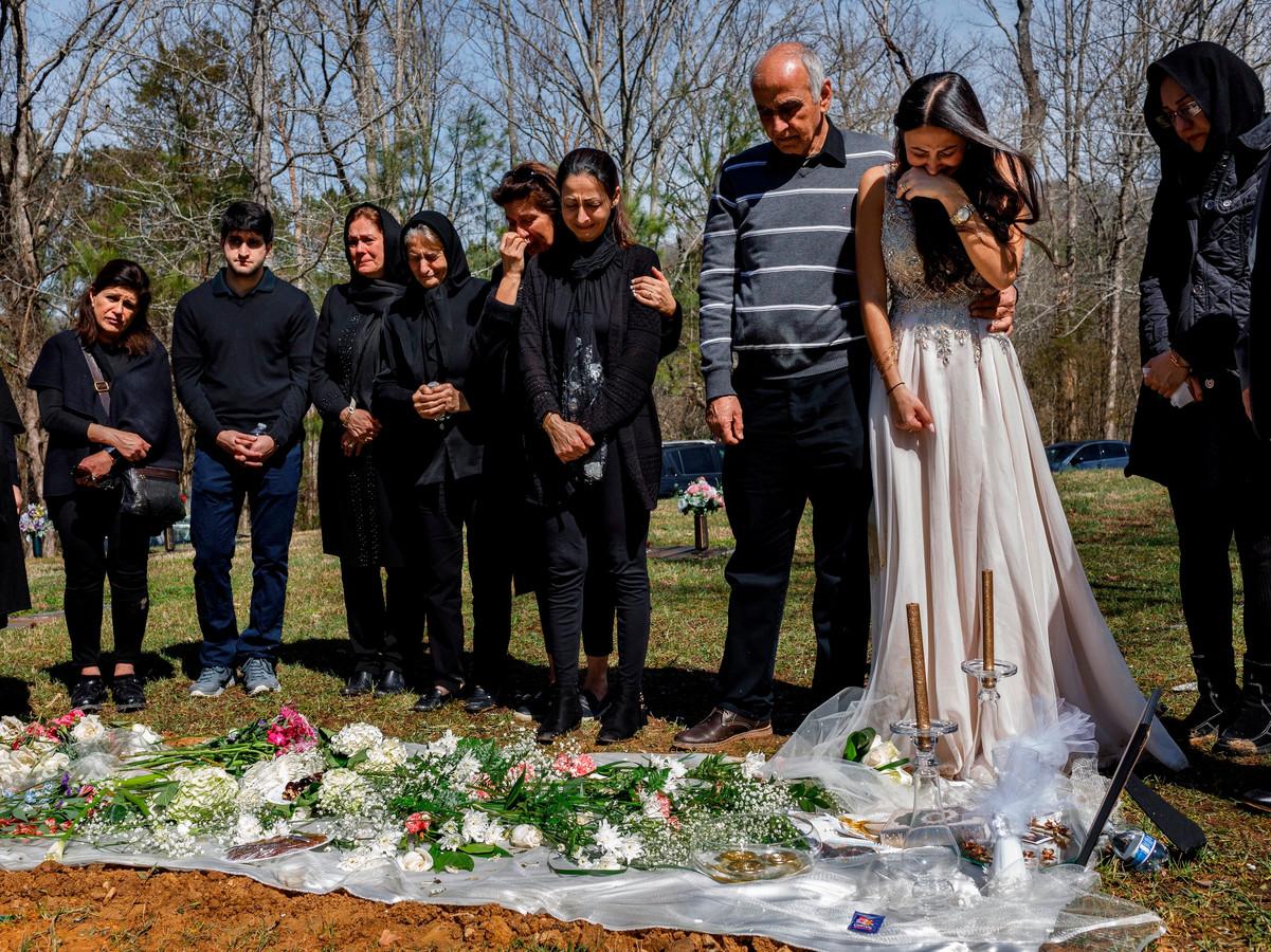 Familieleden verzamelen rond het graf van Mohammad.