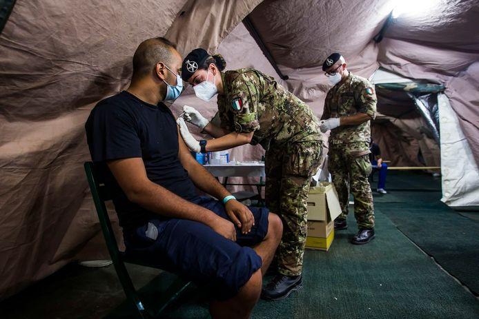 Een vaccinatiepunt op Lampedusa waar migranten een prik tegen Covid-19 krijgen.