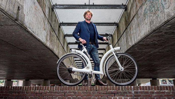 Bedenker Renier Mewissen uit Amersfoort met de elektrische versie van de byAr: de Volta. De motor en accu zijn onzichtbaar verwerkt in de achternaaf.