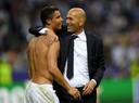 Cristiano Ronaldo en Zinedine Zidane vieren de zege.