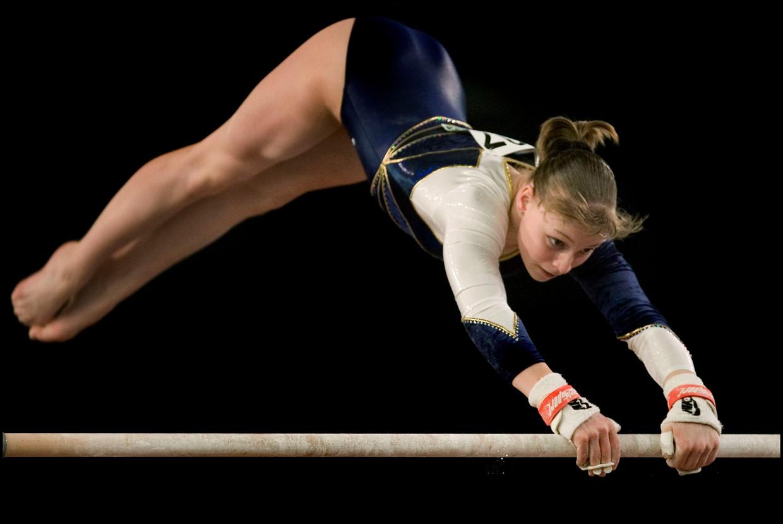 Stephanie Tijmes op ongelijke brug, in 2007.