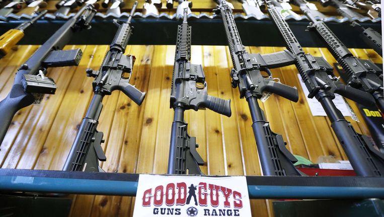 Good Guys Guns & Range verkoopt semi-automatische AR-15's, het type geweer waarmee een jonge man woensdag zeventien scholieren en docenten doodschoot. Beeld  AFP