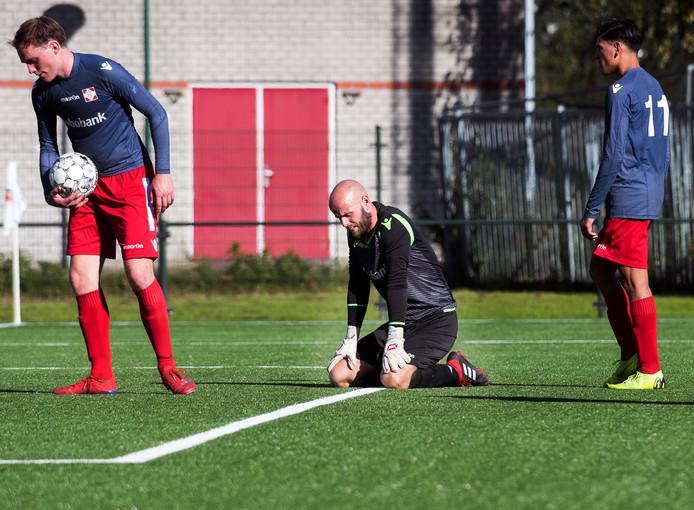 De keeper van FC De Bilt tijdens de wedstrijd tegen FC Breukelen. Weer een tegendoelpunt.