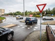 Levensgevaarlijk vinden bewoners de rotonde in Kerk en Zanen: 'Dit gaat een keer goed fout'