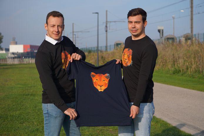 Tom Van Den Berghe (links) en Kevin Aspeslagh tonen een T-shirt van hun kledingmerk 'Pretorian Lions', waarbij een deel van de opbrengst bedreigde diersoorten moet ondersteunen