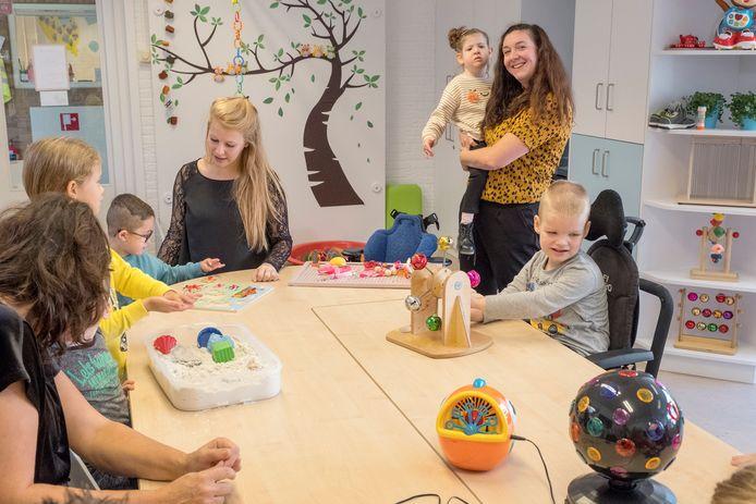 Anneke Joren-Roelofs (staand) met haar dochter Lotta in de eigen klas in Boxmeer.