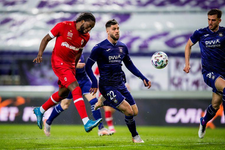Antwerp-spits Dieumerci Mbokani stift de bal in het doel van Anderlecht. Elias Cobbaut komt te laat. Beeld BELGA