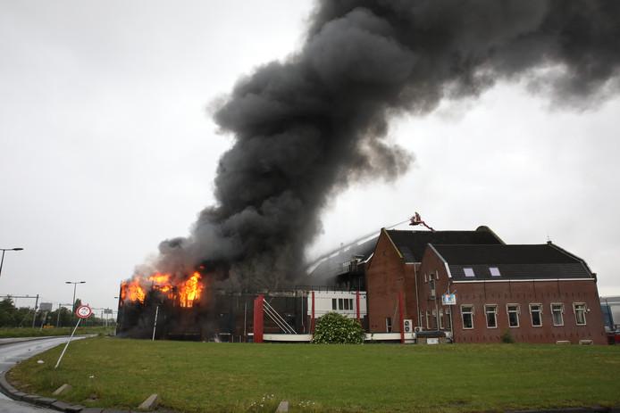 De omvang van de brand aan de Koningin Wilhelminahaven was in de beginfase nog te overzien. Later sloeg de brand over naar de voorkant van het gebouw.