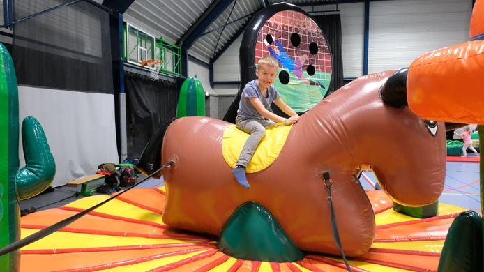 Kinderen leven zich uit op het indoor springkastelenfestival.