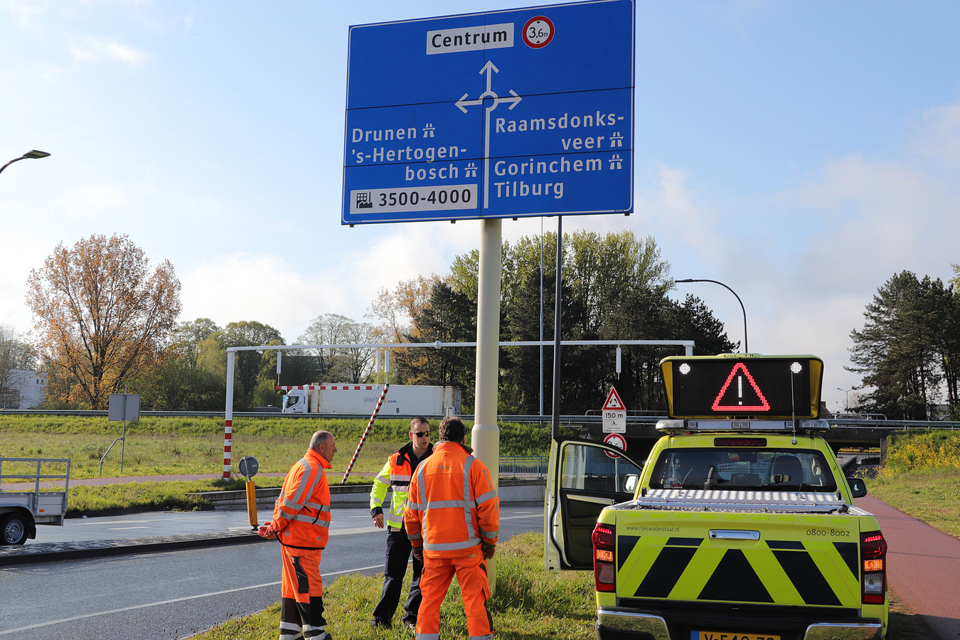 Vrachtwagen rijdt balk eraf bij berucht viaduct in Waalwijk aan de  Hertog Janstraat.