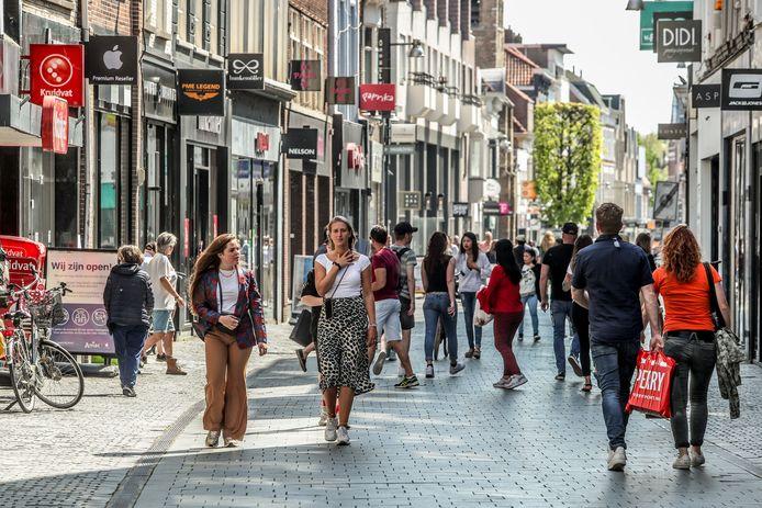 """In de Bredase winkelstraten lopen wel wat shoppers, maar dat zijn er toch een pak minder dan normaal, vertellen de handelaars. """"Onze omzet ligt 30 à 50% lager."""""""