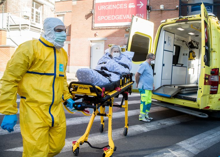 Een mogelijk met Covid-19 besmette persoon wordt naar het Sint-Pieter-ziekenhuis in Brussel overgebracht. Beeld EPA