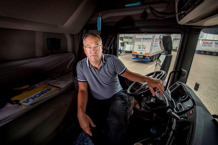 Hans Roelofs in de cabine van één van zijn vrachtwagens.