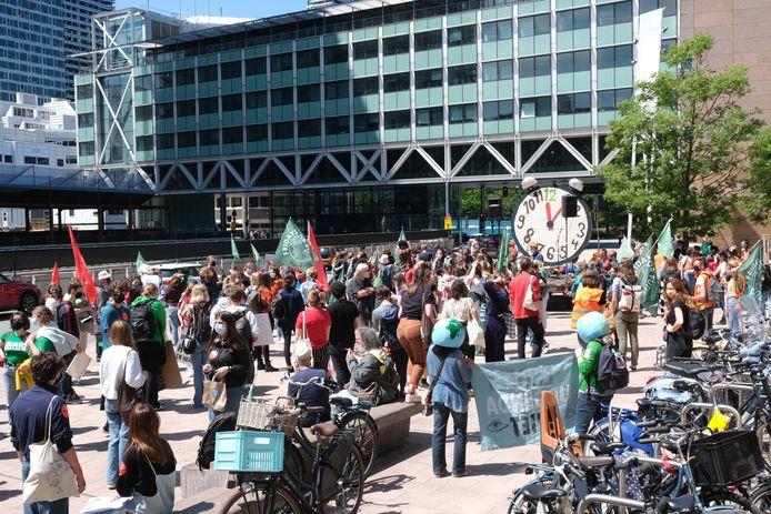 In Den Haag hebben zich deze donderdag honderden jonge klimaatstakers verzameld.