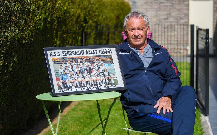 Luc Limpens met de foto van de ploeg die na 29 jaar de poort naar eerste nationale openbeukte.