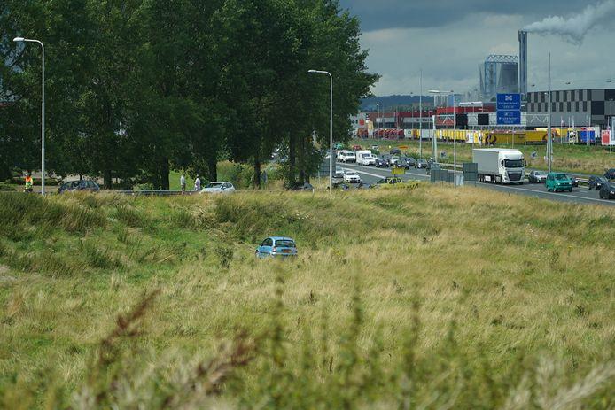 De auto die de berm in reed bij een afslag van de A12 ter hoogte van Duiven.