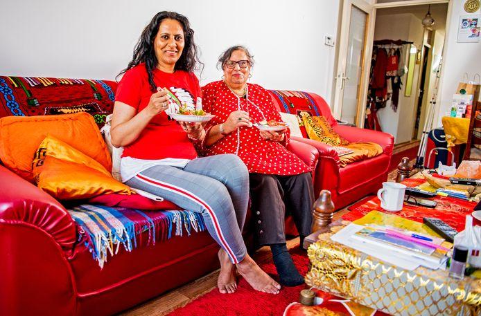 Nazrien Ozir en haar moeder eten altijd op de bank.
