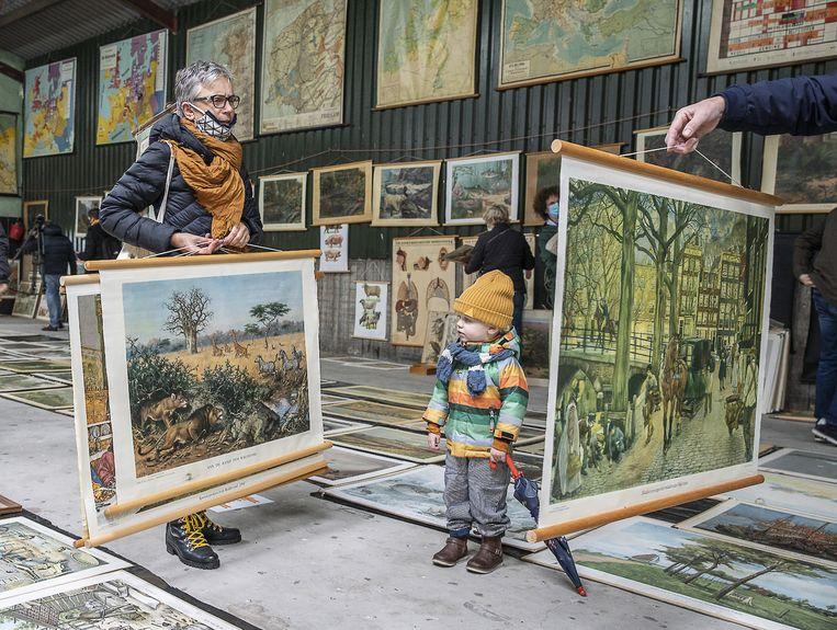 De verkoop van oude schoolplaten trok een (te) groot publiek naar het Friese Deinum. Beeld Harry Cock / de Volkskrant
