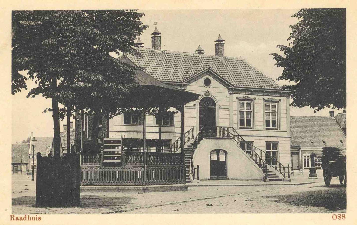 Het Raadhuis op de Heuvel waar in de Bataafse tijd de namen van nieuwe beambten aangeplakt werden.