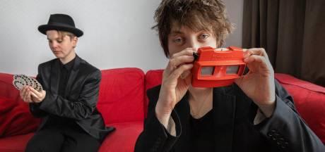 Gedichten in 3D lezen met een View-Master; het apparaat krijg je kado