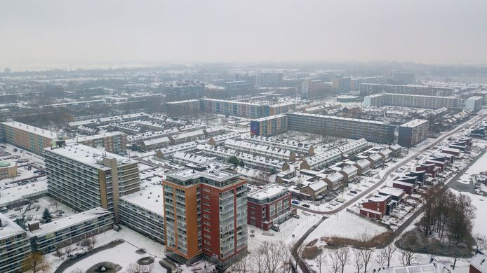 Een besneeuwde planetenbuurt in Alphen. Er loopt een studie naar het gebruik van warmte in het oppervlaktewater om deze hele wijk te verwarmen.
