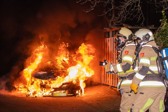 Op De Zoom in Woerden brandde in de nacht van dinsdag op woensdag weer een auto uit. De politie roept getuigen op zich te melden. Ook camerabeelden zijn welkom.