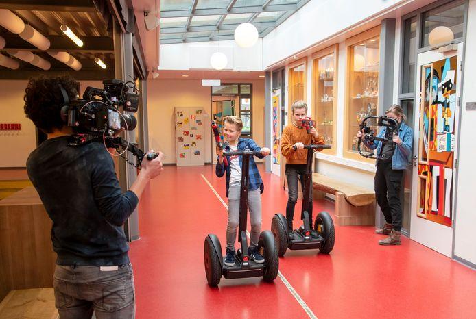 Bruggers Stijn en Sara hebben het schoolgebouw van Groevenbeek in Ermelo helemaal voor zichzelf ter beschikking. Ze crossen met een segway door gangen en aula's voor een film voor leerlingen uit groep acht.