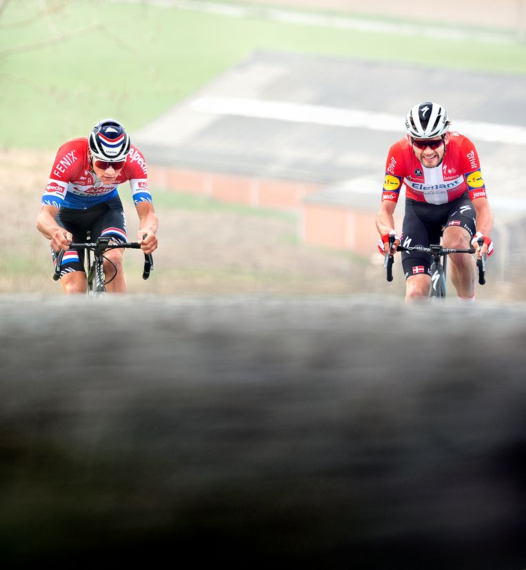 Mathieu van der Poel  en Kasper Asgreen tijdens de laatste beklimming van de Paterberg. Beeld Klaas Jan van der Weij / de Volkskrant