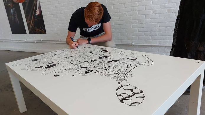 Arne Lauwaerts werkt aan zijn kunstwerk in Creative Factory.