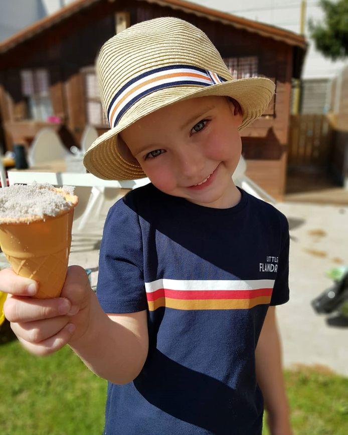 Matteo (4) genietend van een ijsje.