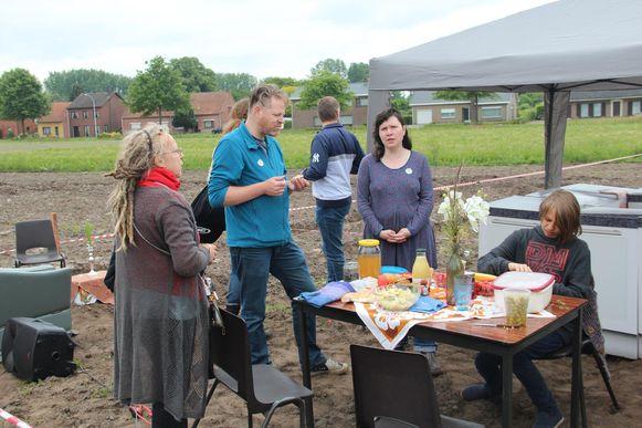 Roland Kums (m.) en Nathasja Couwenberg samen met enkele andere toekomstige bewoners op het terrein.