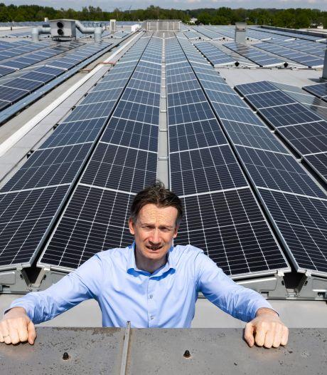 Alleen de schakelaar hoeft nog om. Maar het stroomnet kan de 1.300 zonnepanelen van Van Beek niet aan. 'De onzekerheid is het ergst'